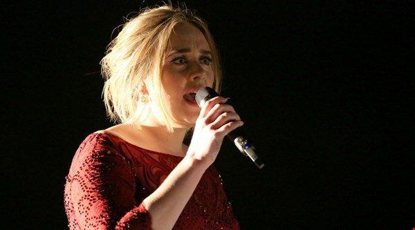 Adele postpones US concert due to cold